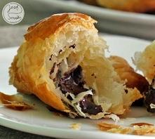 Czekoladowe croissanty    na 12-18 rogalików:      1 opakowanie gotowego rozwałkowanego ciasta francuskiego o wadze ok. 400 g (u mnie 375 g)     tabliczka gorzkiej czekolady    ...