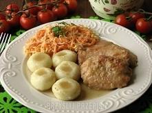 Bitki wieprzowe w sosie cebulowym  1 kilogram mięsa z szynki 3 listki laurowe...