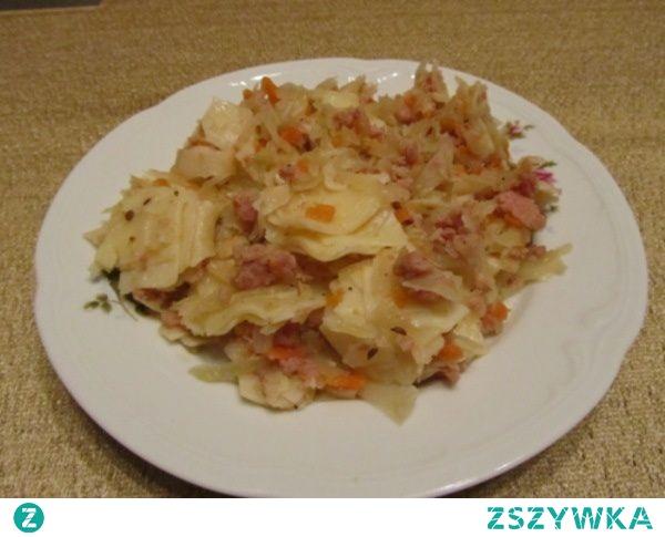 Łazanki z kapustą i mielonym       pół główki kapusty białej     500 g mięsa mielonego     1 opakowanie makaronu do łazanek     1 mała marchewka     vegeta     przyprawa do mięsa mielonego     pieprz     sól     olej  Pokrojoną białą kapustę ugotować ze startą marchewką w lekko osolonej wodzie.Następnie ugotować makaron w lekko osolonej wodzie.Mięso mielone usmażyć na patelni z dodatkiem oleju.Przyprawić vegetą i przyprawą do mięsa mielonego.Do usmażonego mięsa dodać ugotowany makaron oraz kapustę.Cały czas mieszając podsmażać na małym ogniu ok.5 minut, przyprawić do smaku.Podawać na ciepło
