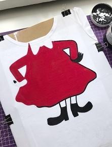 W trakcie malowania koszulki z Małą Mi :)