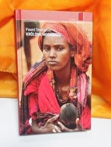 [kliknij po szczegóły]   Wyniszczona trwającą od dwudziestu pięciu lat wojną domową, sterroryzowana samobójczymi atakami terrorystycznymi, doświadczona klęską głodu Somalia od l...