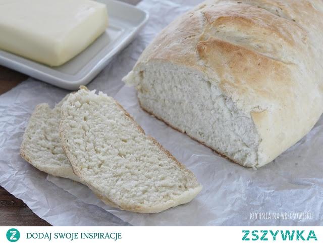 Szybki i łatwy chleb pszenny    - 3 szklanki mąki pszennej - 1 i 1/4 szklanki ciepłej wody  - 15 g drożdży - 1 łyżeczka soli - 1 łyżeczka cukru  Przygotowanie:  1. Cukier i drożdże rozpuszczamy w wodzie, dodajemy sól i mąkę i zagniatamy ciasto. Wyrabiamy do momentu aż będzie elastyczne i gładkie. Przekładamy do miski, przykrywamy ściereczką na ok 20 minut do wyrośnięcia.   2. Po tym czasie uderzamy pięścią, wyjmujemy z miski i formujemy bochenek, który umieszczamy na blaszce wysypanej lekko maką. Smarujemy ciepłą wodą z odrobiną oliwy, nacinamy w kilku miejscach aby nie popękał, wstawiamy do zimnego piekarnika, nastawiamy na 190 stopni (opcja góra-dół) i pieczemy ok. 40-45 minut do uzyskania rumianej skórki.