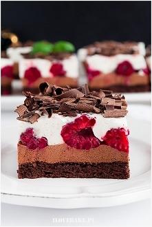 Ciasto czekoladowe z malinami i kremem
