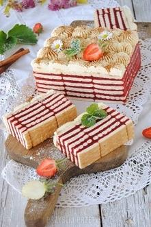 Cudowne ciasto bez pieczenia z herbatników i masy truskawkowej