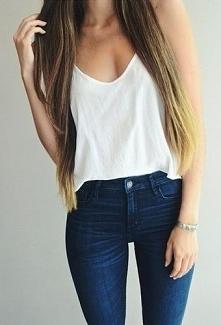 biała koszulka i jeans