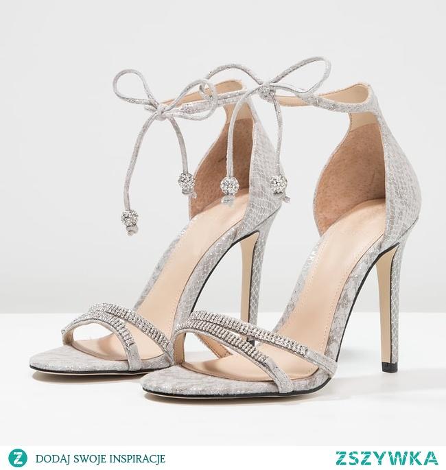 Jak powinny wyglądać idealne sandałki dla panny młodej? Poszukaj inspiracji na blogu ślubnym Panna Allure!