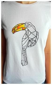 Koszulka z tukanem namalowanym pastelami do tkanin