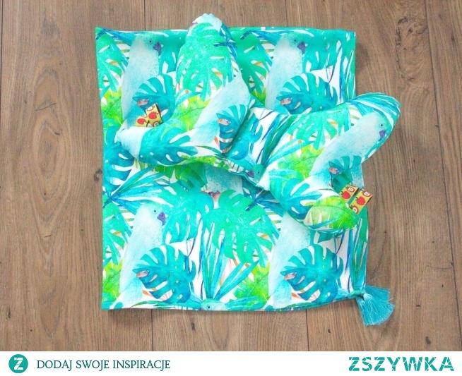 Bambusowy otulacz i poduszka motylek w zielone papugi. fb MisioZdzisioSklep