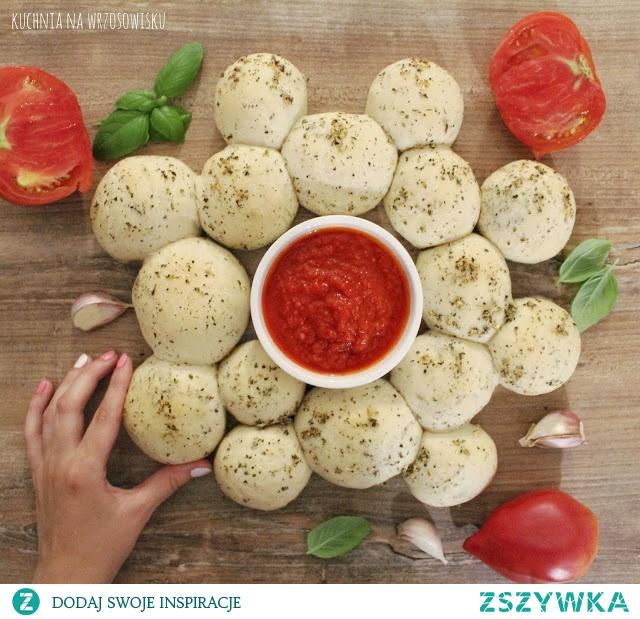 Bułeczki czosnkowo-ziołowe nadziewane żółtym serem :) Najlepiej smakują na ciepło, gdy ser się jeszcze ciągnie! Przepis na blogu :)