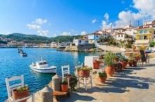 Piękne, pełne kwiatów nadbrzeże w słonecznej Grecji. Zapraszamy na puzzlefact...
