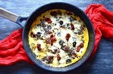 Pyszne śniadanie fit – frittata z suszonymi pomidorami i oliwkami
