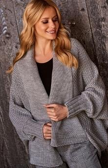 Makadamia S72 sweter szary Wygodny sweter damski wykonany z miękkiej sweterkowej dzianiny, luźny fason świetnie będzie prezentować się na każdej sylwetce, sweter niezapinany