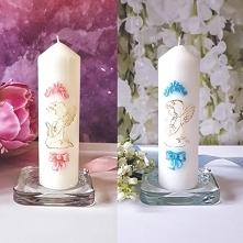 Ozdobna biała świeca pieńkowa z tłoczonym motywem dekoracyjnym w kolorach róż...