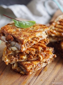 Pyszne tosty z dużą ilością sera i doskonale doprawionym mięsem mielonym.