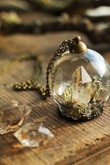 Kryształ zamknięty w kuli.