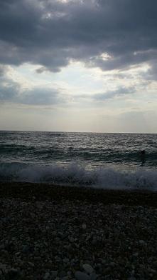 Głębokie słuchanie morza we wrześniu. Dialog szumu fal.