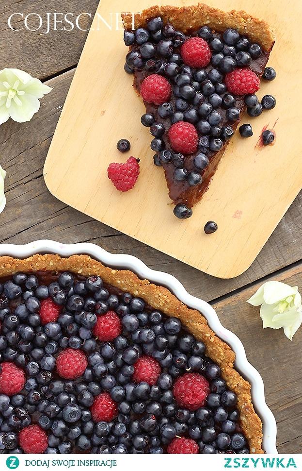 Orzechowa tarta z czekoladowym budyniem i owocami