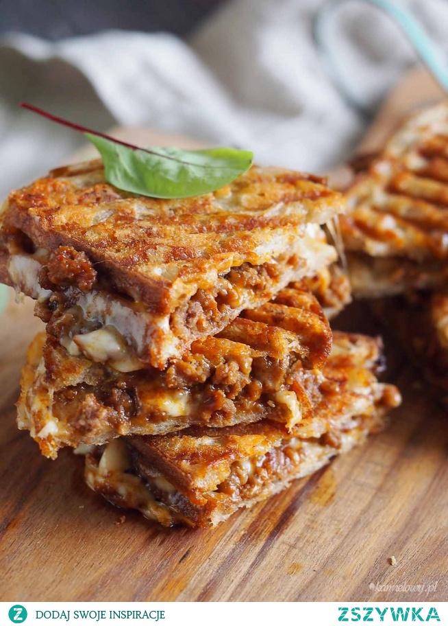 Pyszne tosty z dużą ilością sera i doskonale doprawionym