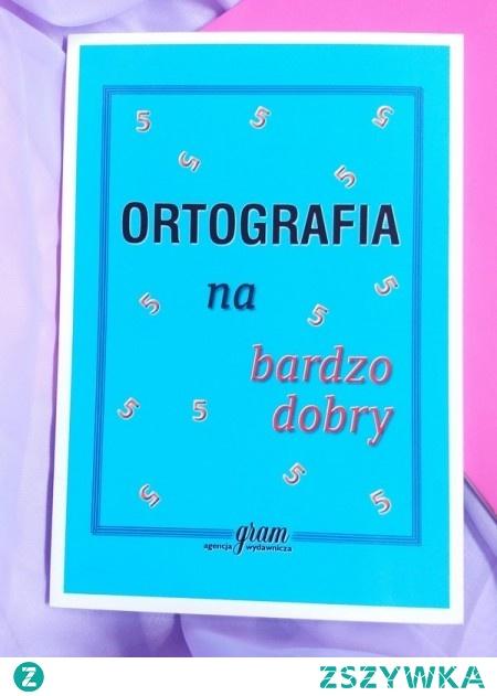Książka pomocnicza do nauki języka polskiego w szkołach podstawowych i gimnazjach. Książka ma pomóc młodym odbiorcom w opanowaniu trudnej szruki poprawnego pisania w języku ojczystym. Książka jest bowiem omówieniem najważniejszych wiadomości z tej dziedziny. Oprócz reguł ortograficznych i zasad interpunkcyjnych niniejsze opracowanie zawiera słowniczek wyrazów często używanych, których pisownia może sprawić trudność.