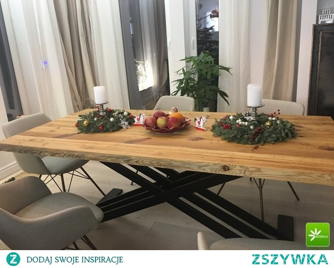 Stół z blatem ze starego drewna.