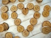 drewniane winietki plastry drewna brzozowego, więcej na stronie jotstudio.pl