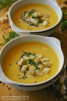 Pikantna zupa dyniowa z ziołami i parmezanem.