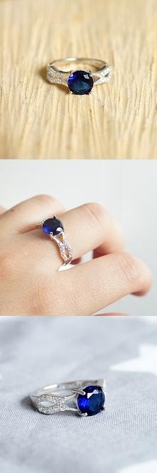 Przepiękny pierścionek z szafirową cyrkonią wykonany w całości ze srebra 925....
