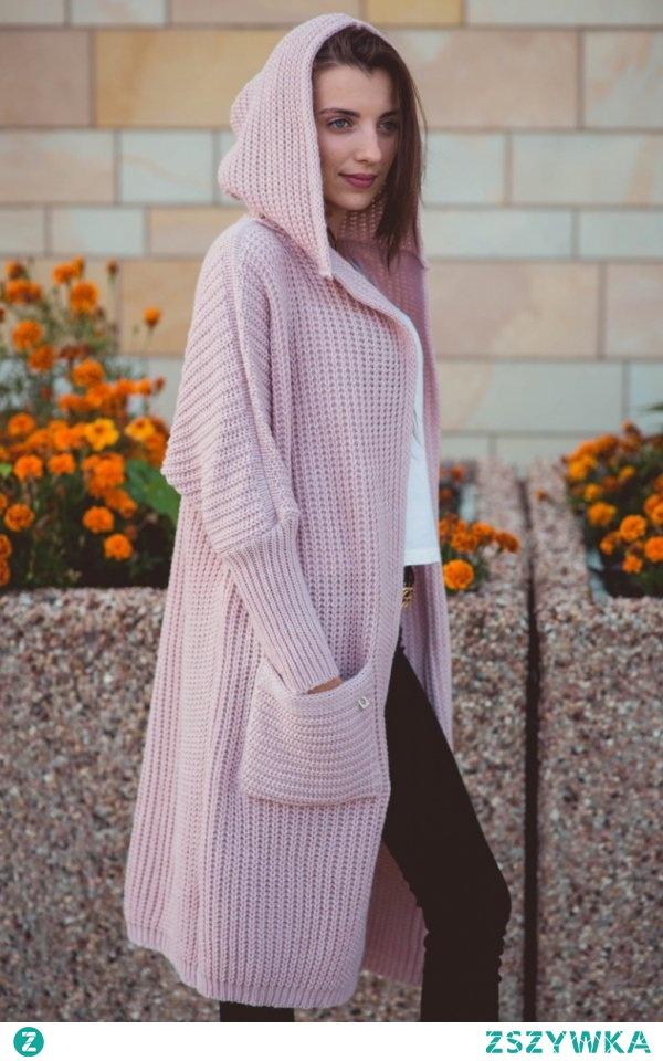 Sue Lou kardigan pudrowy róż Przepiękny długi kardigan damski wykonany z najwyższej jakości sweterkowej dzianiny, sweter fenomenalnie prezentuje się na sylwetce gwarantując wygodę, idealny do spodni i sukienek