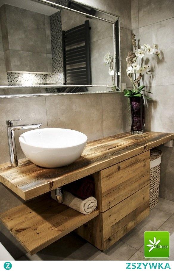 Szafka łazienkowa ze starego drewna.