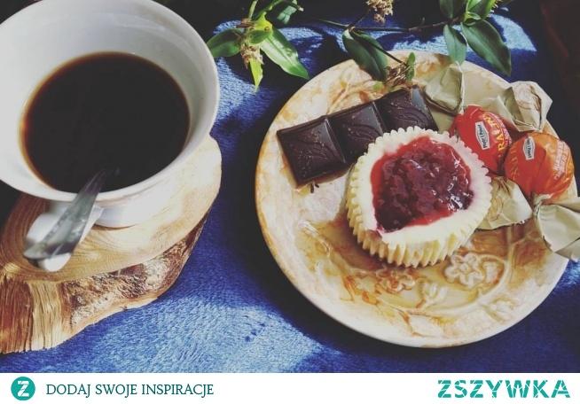 """SERNICZKI :-)   Składniki na spód :  140 gram herbatników  ok 3 łyżki rozpuszczonego masła/ margaryny   Masa serowa:  500 gram twarogu na sernik  6 łyżek cukru pudru  1 jajko  1 łyżka mąki  konfitura   PRZYGOTOWANIE  herbatniki drobno pokruszyć, dodać rozpuszczone masło i wymieszać. Tak przygotowane herbatniki włożyć do papilotów.  Wszystkie składniki na masę serową dokładnie wymieszać; położyć na herbatnikach na to dajemy łyżeczkę konfitury.  Piec w nagrzanym piekarniku 180 stopni przez ok 30 min.  Dobrze serniczki jest zostawić na noc w lodówce.   Do serniczków można użyć dżemu, ale z doświadczenia wiem, że serniczki robią się zbyt """"wodniste""""   Zdjęcie naprawdę nie oddaje smaku  !"""