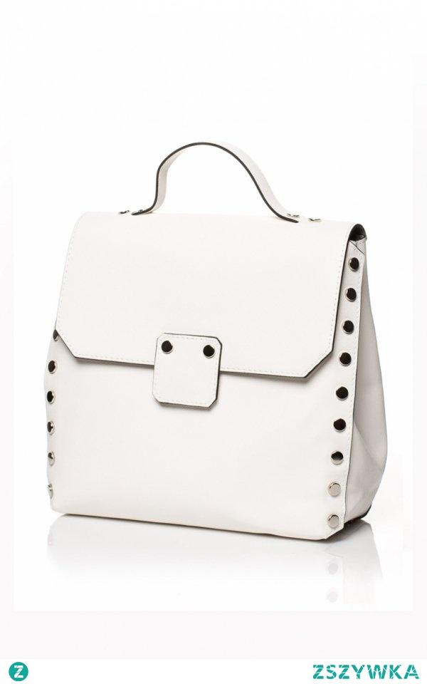 Style SB417 torebka ecru Śliczna mała torebka, która będzie doskonałą propozycją na co dzień - minimalistyczny krój świetnie będzie uzupełniał codzienną stylizację, torebka została ozdobiona złotymi napami, model zarówno do ręki jak i na ramię