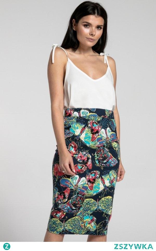 Nommo NA268 spódnica ciemne motyle Ołówkowa spódnica, która pięknie podkreśli atuty sylwetki, wykonana z pięknej wzorzystej dzianiny, zapinana z tyłu na zamek