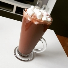 Kto nie lubi goracej czekolady ?:) Proste i pyszne ! Gorzka czekolade podgrzewam razem z mleczkiem (czasem dodaje niewielka ilosc smietanki) i przyozdabiam slodkimi piankami ! P...