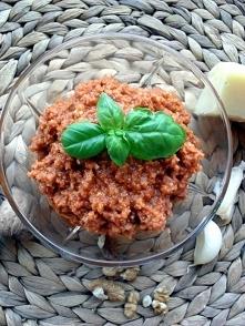 Domowe czerwone pesto z suszonych pomidorów i orzechów włoskich