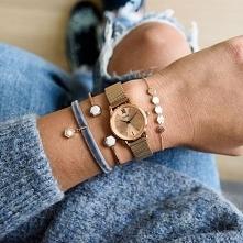 Zegarki Cluse to niezwykle subtelny zegarek na bransolecie typu mesh w popularnym kolorze różowego złota! Dzięki swoim niewielkim rozmiarom świetnie dopasowuje się on do nadgars...