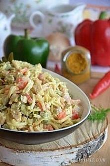 Sałatka z makaronem ryżowym, papryką i szynką Składniki: 150 g makaronu ryżow...
