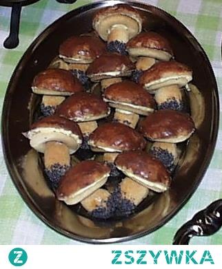 Sezon grzybowy rozpoczęty ::)  GRZYBKI  Poł kg maki kostka margaryny szklanka kwaśnej śmietany białko jajka trochę maku biały krem polewa czekoladowa  Składniki ciasta posiekać, zagnieść i wstawić na godzinę do lodówki, po schłodzeniu ciasto rozwałkować i wycinać z niego szklanką i foremką do babeczek pary krążków. Krążkami wyciętymi szklanką oblepić posmarowaną tłuszczem zewnętrzną stronę babeczek i upiec w piekarniku na zloty kolor. Wyciąć małym kieliszkiem środki z krążków wykrojonych foremką i upiec krążki. Z rulonu ciasta uformować korzonki grzybków, koniuszki maczać w białku i w maku, następnie upiec. Do upieczonych kapeluszy nakładać wcześniej przygotowany krem i przykryć je krążkami z dziurką. Kapelusze polać polewą czekoladową, a po zastygnięciu wetknąć korzonek. Efekt murowany.