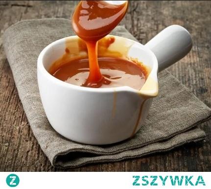 Domowy słony karmel ;3 Jest pyszny, ma idealną konsystencję i do tego przygotowuje się w ekspresowym tempie. Zadowoli najbardziej wymagające podniebienia. :) Składniki: 120g cukru 200ml śmietanki 30% sól Sposób przygotowania: Cukier wysypujemy na patelnię, tak by równo ją pokrył. Stawiamy na średnim ogniu i czekamy aż cukier się rozpuści i zacznie karmelizować ok. 2-3 min (NIE MIESZAMY!). Gdy uzyska ciemny, bursztynowy kolor i stanie się płynny, dodajemy 1/3 śmietanki i mieszamy aż składniki się połączą. Następnie dodajemy resztę śmietanki i gotujemy ok. 1-2 min. Zestawiamy z ognia i posypujemy solą wedle uznania. * Karmel nadal będzie rzadki, ale zacznie gęstnieć po wystygnięciu.