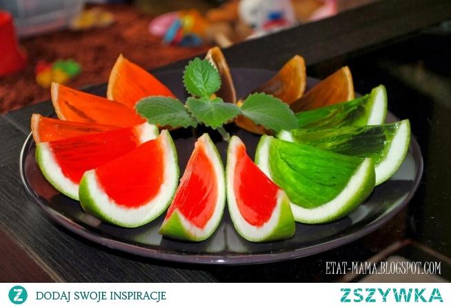 Miąższ z owoców wykrawamy i napełniamy go płynną galaretką. Potem owoce kroimy i mamy chłodną i słodką przekąskę. :)