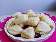 Ciasteczka gęsie łapki Składniki: - 200 g masła - 200 g twarogu półtłustego w kostce - 2 szklanki mąki - 2 żółtka - 2 łyżki zimnej wody - 1/2 szklanki cukru do obtoczenia Masło ...