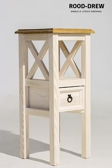 Kwietnik w bielonym odcieniu. Stolik służy jako szafka nocna, stolik na kwiatka, szafka koło sofy
