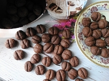 Ciasteczka Ziarenka Kawy. Drobne ciasteczka do kawy,mała rzecz a cieszy,szybkie i tanie. Składniki: 50 szt. 150 g mąki pszennej 2 łyżeczki kakao 3 łyżki brązowego cukru 60 g mię...