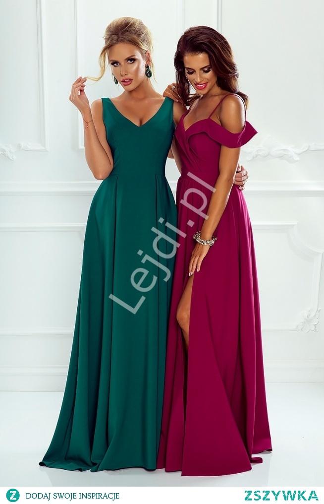 Suknia wieczorowa z odkrytymi ramionami w kolorze ciemnego wina. Evening gown with bare shoulders in the color of dark wine.
