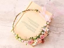 Starannie wykonany wianek ślubny ze sztucznych kwiatów najwyższej jakości. Tr...