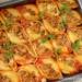 Muszle nadziewane mięsem mielonym    20 sztuk  farsz:      500 g mięsa mielonego z indyka      1 cebula      2 ząbki czosnku      1 kulka mozzarelli      papryka słodka      przyprawa pomidory suszone z czosnkiem i bazylią      pieprz i sól      majeranek   sos pomidorowy:      1 puszka pomidorów całych      1/2 szklanki wody      świeże oregano i tymianek      pieprz i sól      1 łyżeczka cukru   dodatkowo:      20 sztuk muszli makaronowych      olej     Makaron gotujemy w lekko osolonej wodzie z odrobiną oleju. Muszle muszą być al dente. Odcedzamy i przelewamy zimną wodą. Na patelni podsmażamy drobno pokrojoną cebulę, przeciśnięty przez praskę czosnek i lekko solimy. Następnie dodajemy mięso. Podsmażamy i doprawiamy papryką słodką, przyprawą pomidory suszone z czosnkiem i bazylią, majerankiem oraz pieprzem i solą. Mięso odstawiamy do przestygnięcia. Mozzarellę drobno kroimy, a następnie mieszamy ją z mięsem. Pomidory z puszki blendujemy oraz mieszamy je z wodą, cukrem i listkami oregano oraz tymianku. Następnie doprawiamy solą i pieprzem. Sos przelewamy do naczynia żaroodpornego. Muszle nadziewamy farszem mięsnym i układamy w naczyniu.   Muszle wstawiamy do nagrzanego piekarnika do 200 st. i zapiekamy około 20 minut.