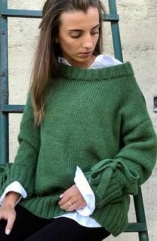 Sue Kama sweter zielony Śliczny sweter damski wykonany z miękkiej i ciepłej przędzy, sweter dostepny w bogatej gamie kolorów, luźny fason doskonale układa się na sylwetce, dekol...