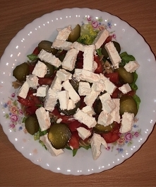Takie sałatki to ja kocham! Najlepsza salatka grecka. Przepis : 50gram makaronu brązowego, 50 gram sałaty zielonej, 1 pomidor, 2 ogórki kiszone, i 100 gram sera feta.. Pychota!;...
