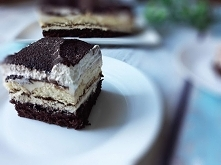 Kremowe ciasto z mocno czekoladowym spodem, bitą śmietaną i masą z dodatkiem ...