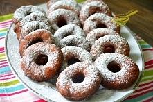 najlepsze oponki serowe   500 gramów twarogu tłustego 4 żółtka 500 gramów mąki pszennej tortowej 0,5 szklanki cukru 3 łyżki cukru waniliowego szczypta soli 1 łyżeczka sody (z gó...