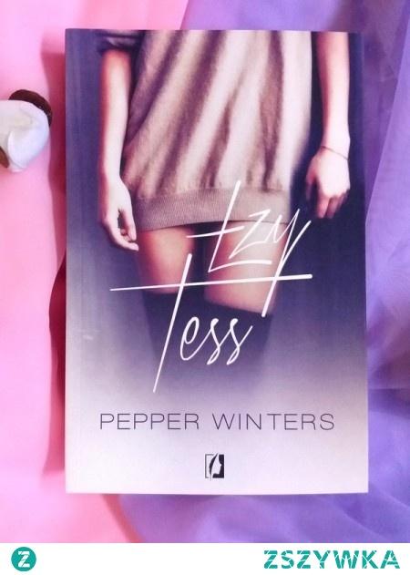 Romantyczne plaże, gorący seks i świetna zabawa — tego spodziewa się Tess. Dziewczyna nie wie, że zostanie uprowadzona, odurzona narkotykami i sprzedana. Siłą wepchnięto ją w mroczny świat prostytucji i zdegradowano do roli zabawki. Jej nowy pan, tajemniczy Q, nie lubi się dzielić.